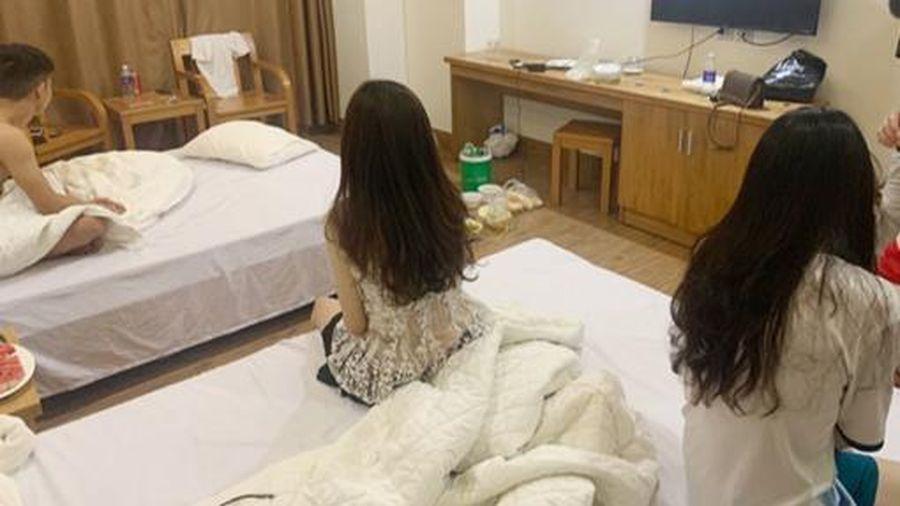 Thuê khách sạn 'bay lắc', 5 nam thanh nữ tú bị bắt giữ