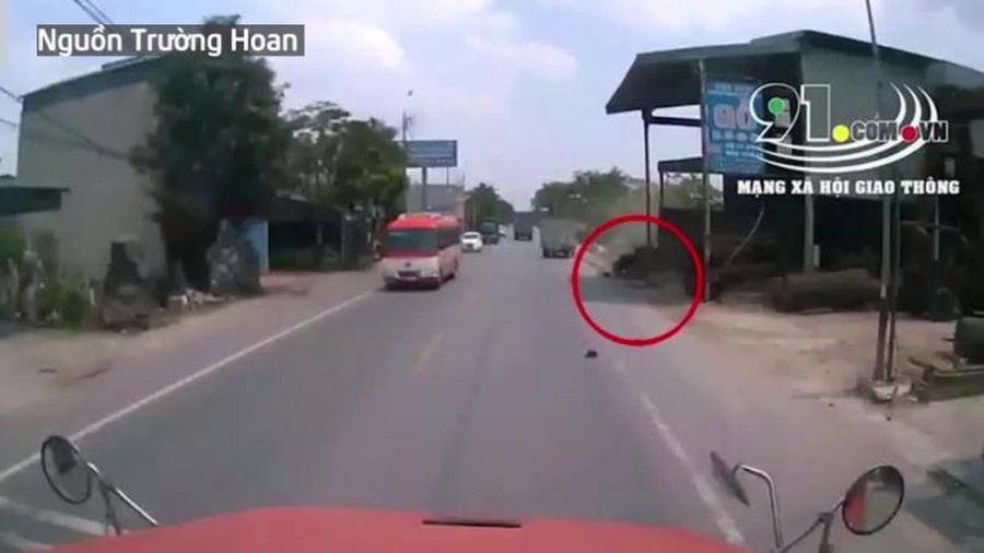 Phóng xe tốc độ cao, 'hôn' đuôi xe tải, thanh niên gặp kết buồn