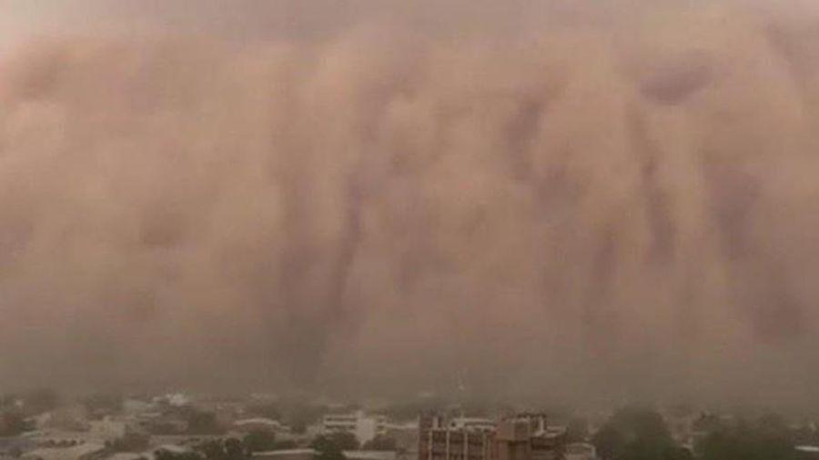 Kinh hồn chứng kiến bão cát đỏ cao như bức tường trăm mét