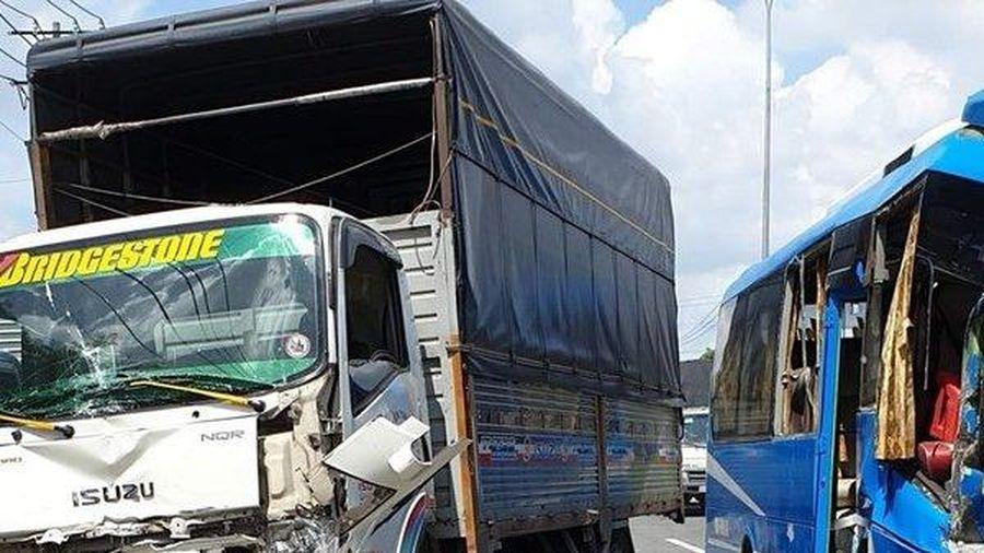 TP. HCM: Tai nạn liên hoàn khiến nhiều người bị thương