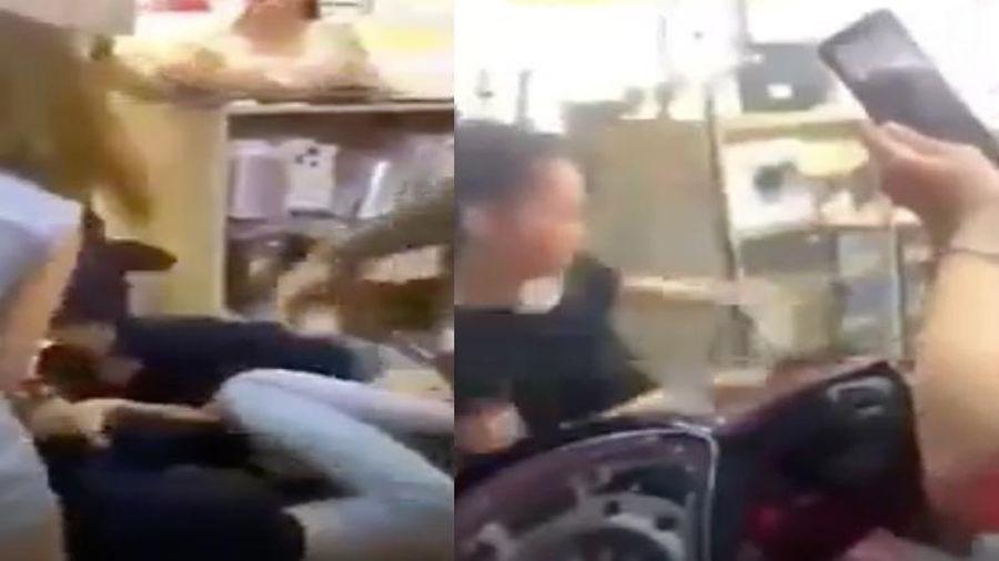 Xôn xao đoạn clip vợ chồng lao vào đánh nữ nhân viên tới tấp, đánh luôn người can ngăn