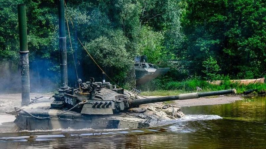 Xe tăng chủ lực T-80U 'con cưng' của Nga vượt sông như thế nào?