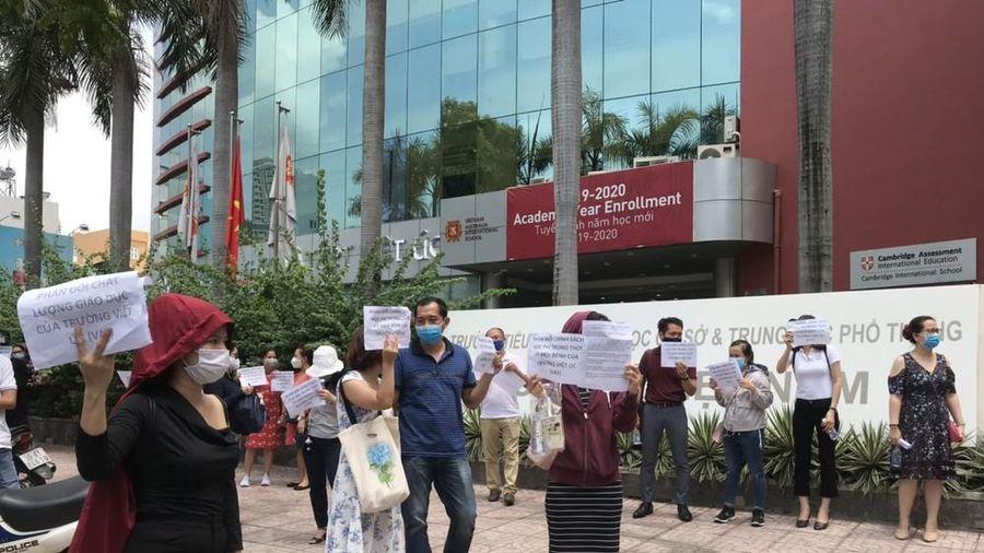 Bất đồng quan điểm với phụ huynh, Trường Việt Úc buộc nhiều học sinh thôi học