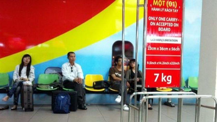 Bị phạt vì hành lý quá cân, nam hành khách vỗ đầu nhân viên hàng không
