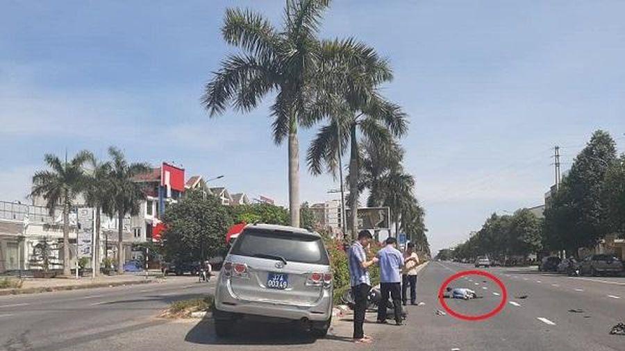 Bức ảnh ba người cầm điện thoại 'bỏ mặc' nạn nhân sau tai nạn gây tranh cãi