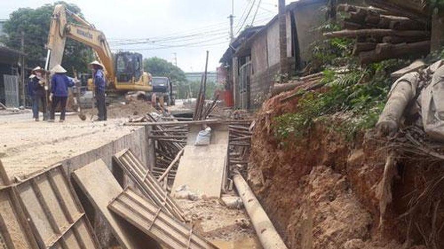 Sập tường khi đang lắp ống nước, 2 công nhân thương vong