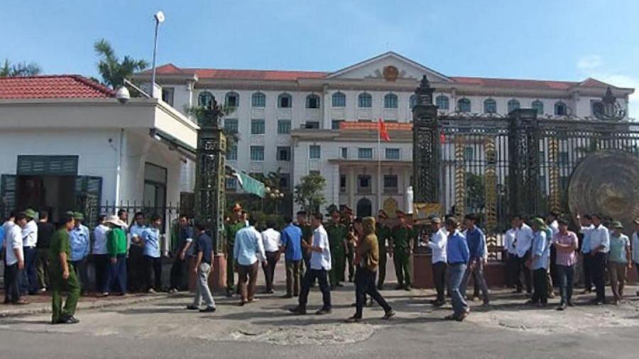 Phản đối giải thể trường: Phụ huynh kéo nhau lên đòi gặp chủ tịch UBND tỉnh