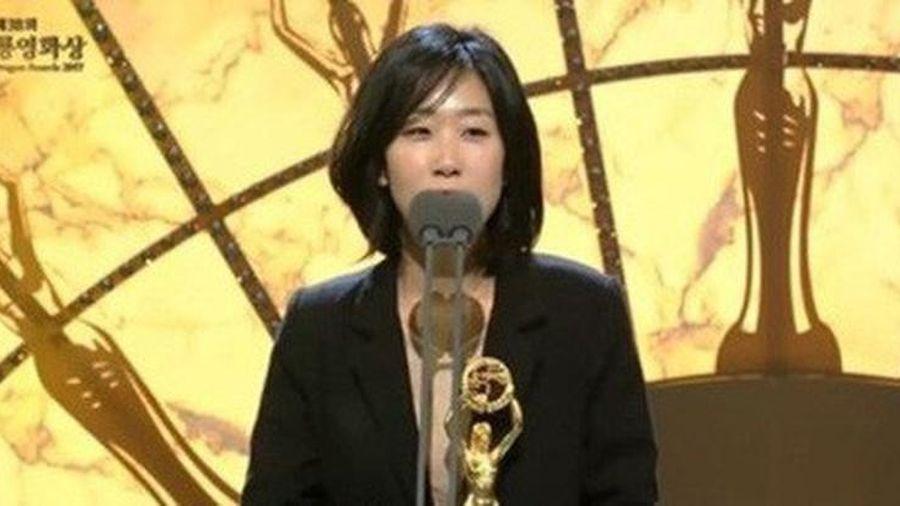 Nữ đạo diễn xinh đẹp và nổi tiếng xứ Hàn đi tù vì cưỡng bức tình dục đồng tính