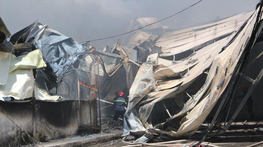 Cháy dữ dội tại công ty gỗ ở Bình Dương, nhà xưởng hơn 1.000m2 bị đổ sập