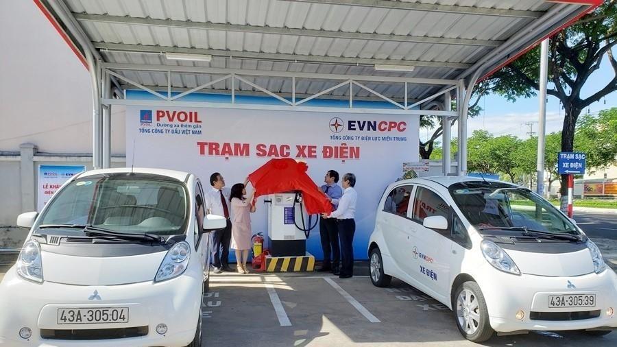 Bàn giao trạm sạc cho ô tô điện sử dụng năng lượng mặt trời