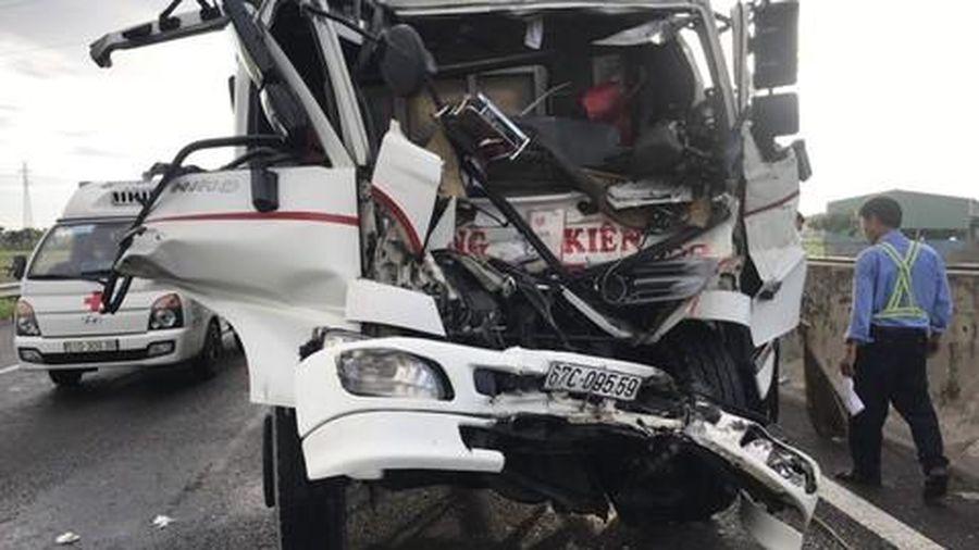 Hai người thoát chết trong cabin bẹp dúm trên cao tốc
