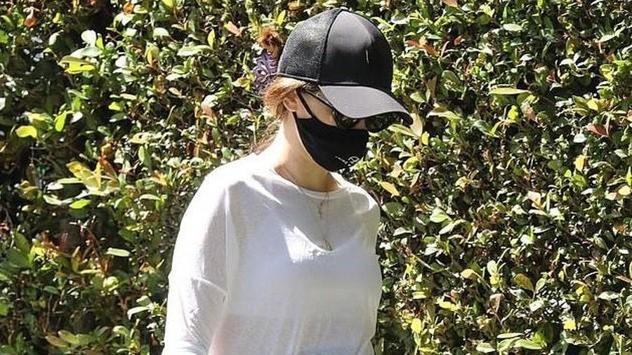 Con gái 'Kẻ hủy diệt' mặc áo xuyên thấu, lộ rõ bụng bầu khi đi dạo bộ
