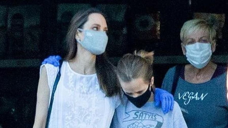 Angelina Jolie lộ vẻ mệt mỏi khi ra phố mua sắm cùng con gái cưng