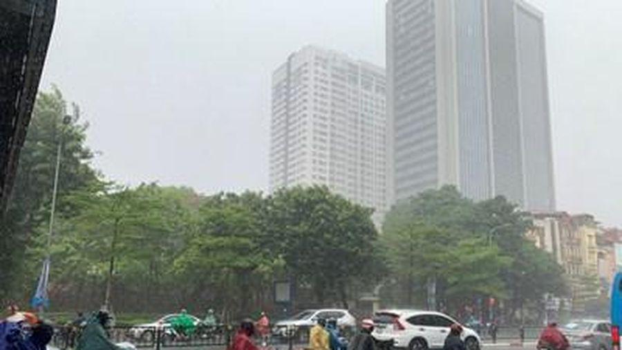 Hà Nội đón 'cơn mưa vàng' hạ nhiệt sau nhiều ngày trời dội lửa