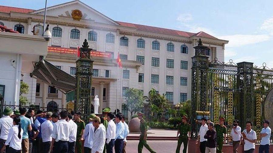 Hà Tĩnh: Phụ huynh vượt hơn 60km lên tỉnh phản đối giải thể trường