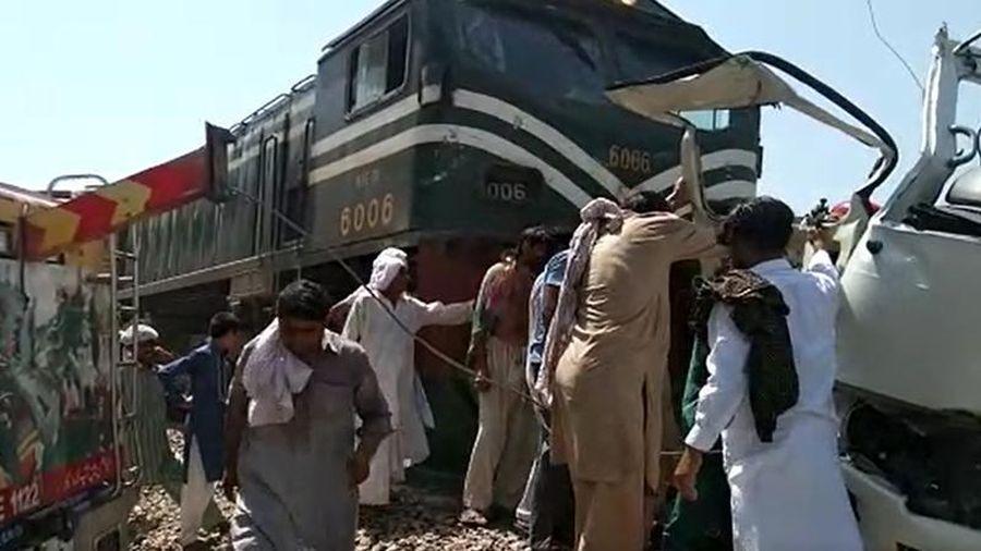Tàu hỏa lao vào xe buýt chở người hành hương, ít nhất 19 người thiệt mạng