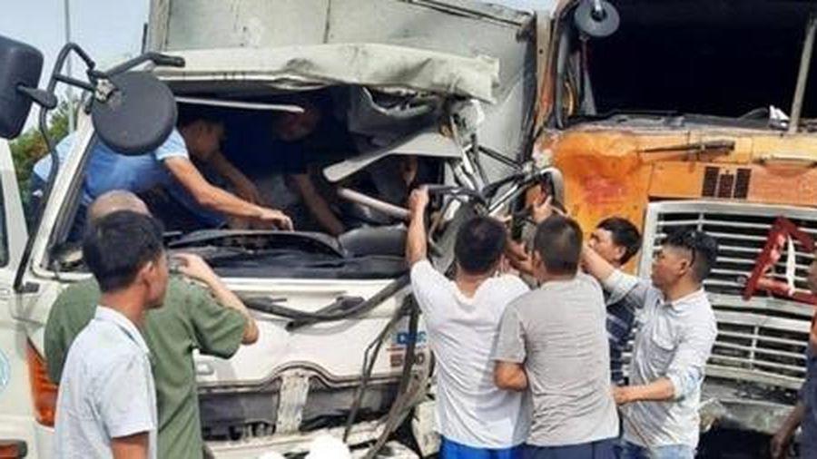 Xe đầu kéo tông xe tải, 2 người thương vong