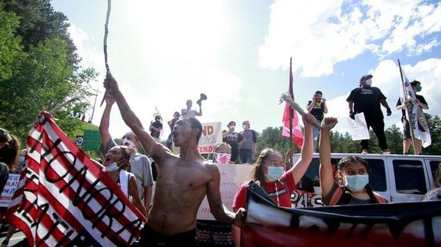 Thổ dân bộ lạc phản đối, chặn cao tốc ngăn TT Trump đến núi Rushmore