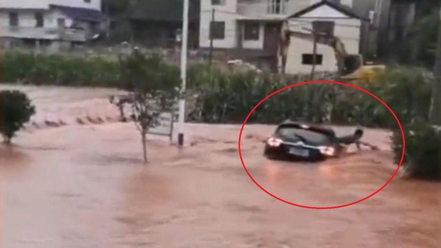 Tài xế thoát khỏi ôtô khi bị lũ cuốn trôi ở Trung Quốc