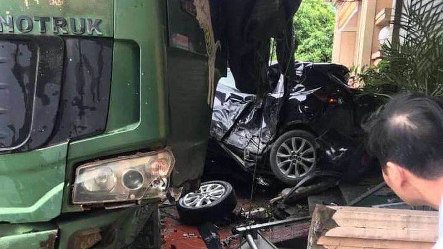 Xe con bị ôtô tải tông bẹp dúm