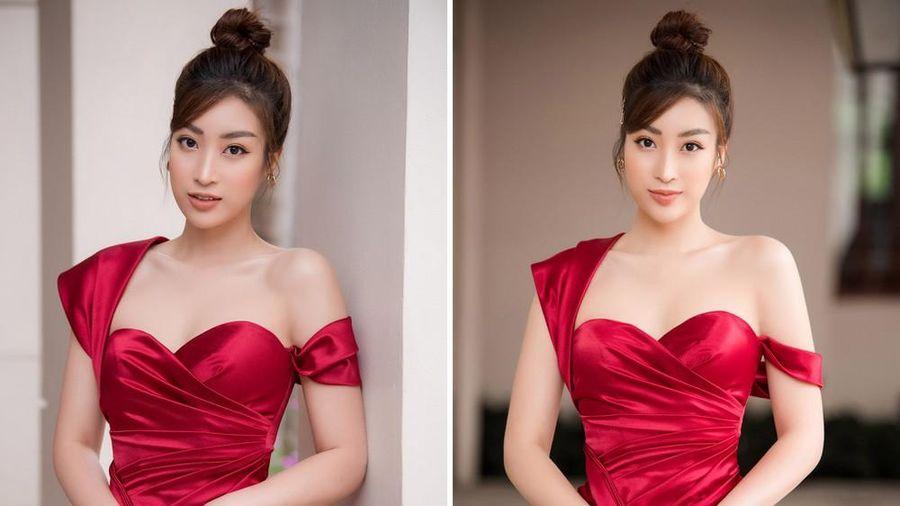 Hoa hậu Mỹ Linh diện váy cúp ngực đỏ rực khoe vai trần gợi cảm, trổ tài làm MC