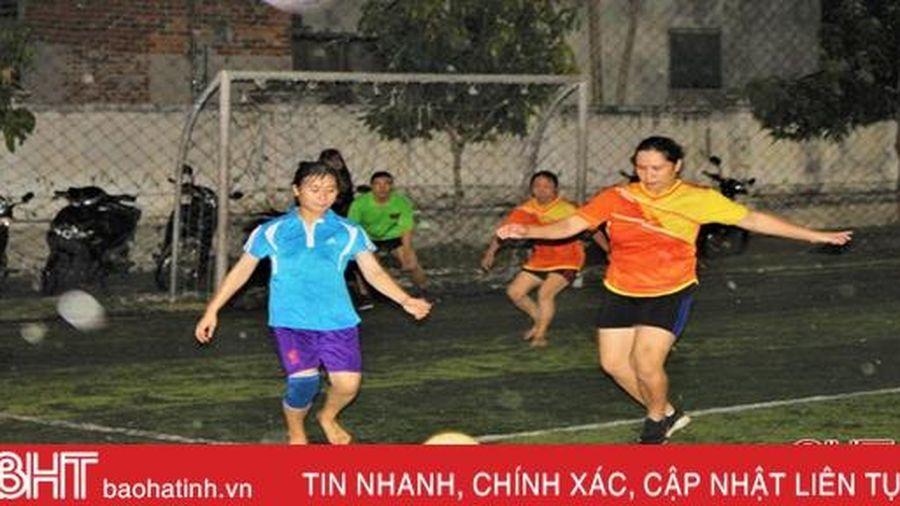 Chị em nông thôn Hà Tĩnh 'quẳng gánh' ra sân cỏ, cánh đàn ông cổ vũ hết mình