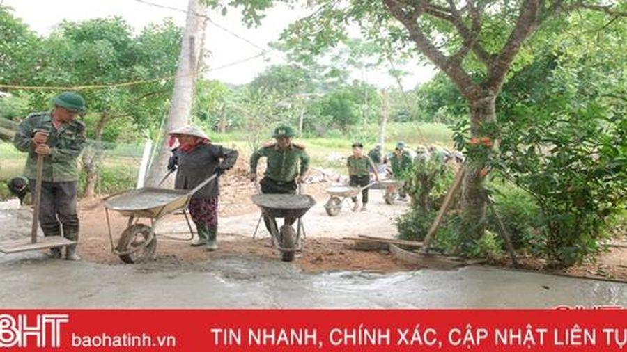 Gác ngày nghỉ, cán bộ, chiến sỹ ở Hương Sơn giúp dân xây dựng NTM