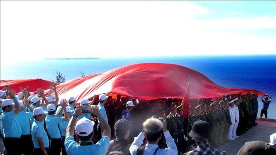 Trên 3.500 người dự Lễ Thượng cờ trên núi Thới Lới, đảo Lý Sơn