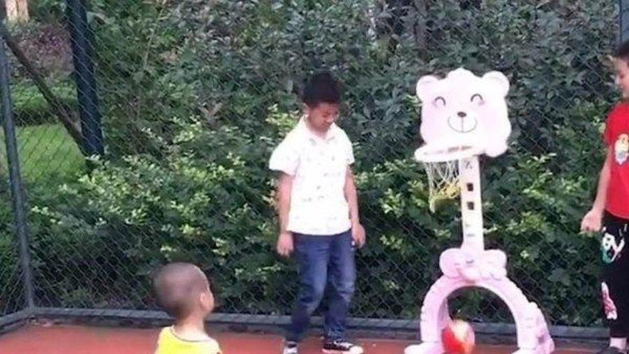 Clip: Chơi bóng 'thần sầu', cậu bé 2,5 tuổi trở thành thần đồng bóng rổ