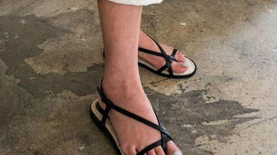 3 kiểu giày 'thần thánh' tránh mưa cho các chị em