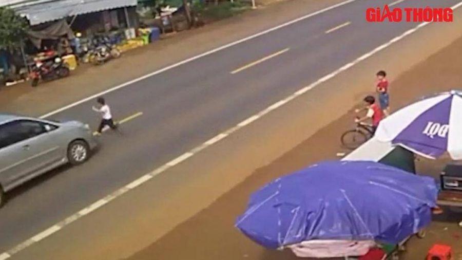 Kinh hoàng cảnh bé trai chạy qua đường bị ô tô tông bắn lên nắp capo