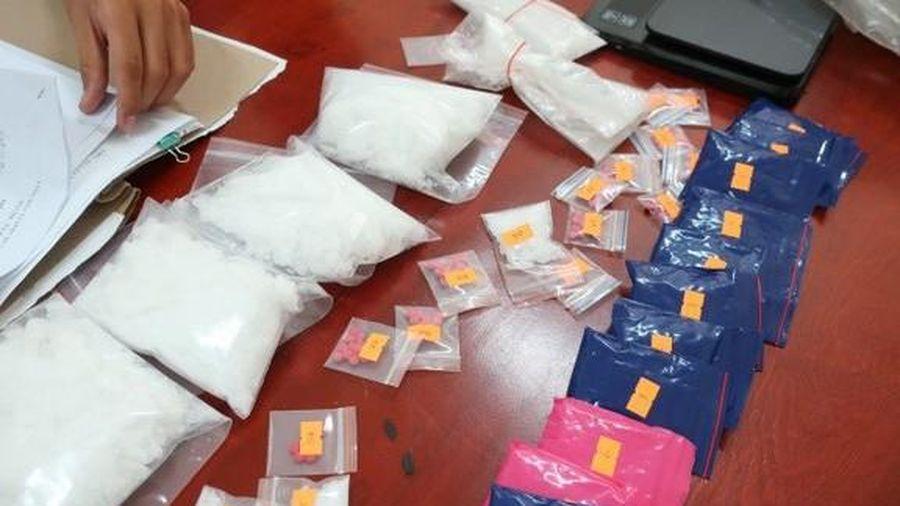 Nghệ An: Bắt đối tượng vận chuyển 1,5 kg ma túy đá và hơn 3.000 viên ma túy tổng hợp