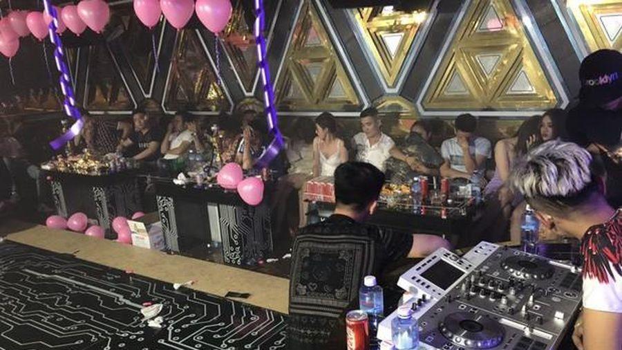 TP.HCM: Gần 90 người trong quán karaoke dương tính với ma túy
