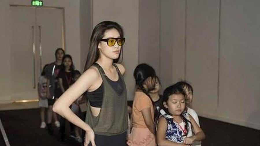 Hoa hậu Khánh Vân giản dị trong hậu trường sàn diễn thời trang