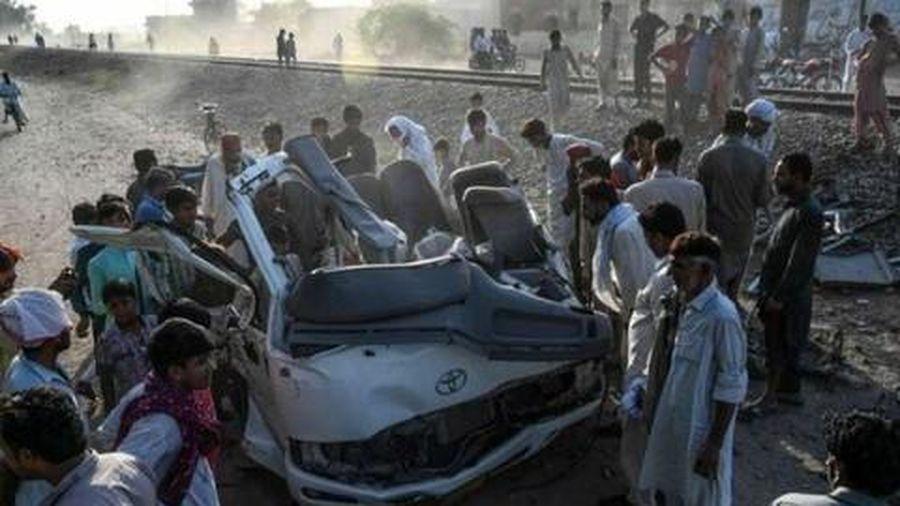 Tàu hỏa đâm ô tô, ít nhất 22 người chết