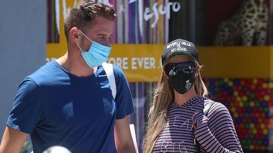 Paris Hilton đeo khẩu trang kín mít, mặc đồ giản dị đi chơi cùng bạn trai
