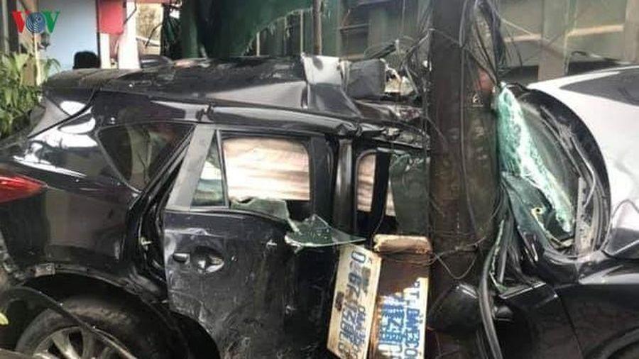 Đột ngột sang đường, xe ô tô bị xe tải đâm trực diện
