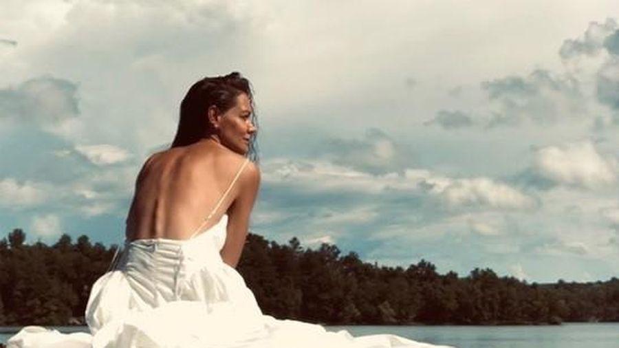 Katie Holmes khoe lưng trần quyến rũ bên hồ