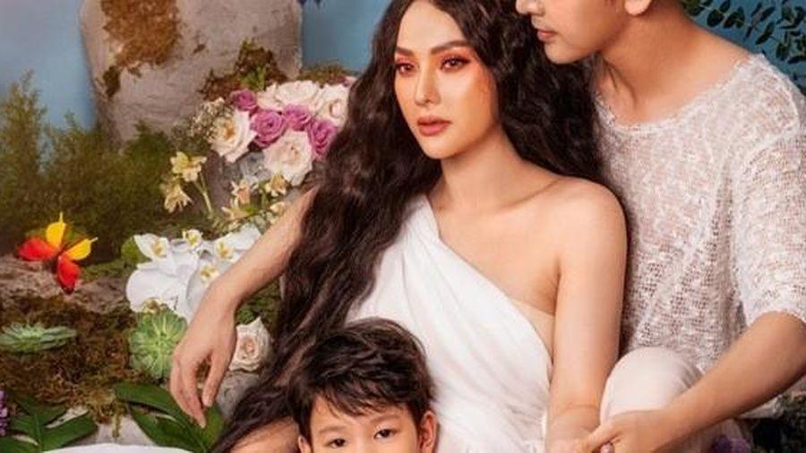 Thu Thủy quyến rũ bên cạnh chồng và con trai
