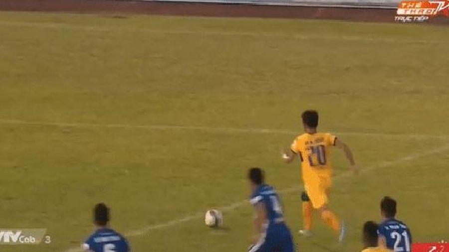 Trọng tài liên tục bị quây, trò cưng thầy Park có mất oan penalty?