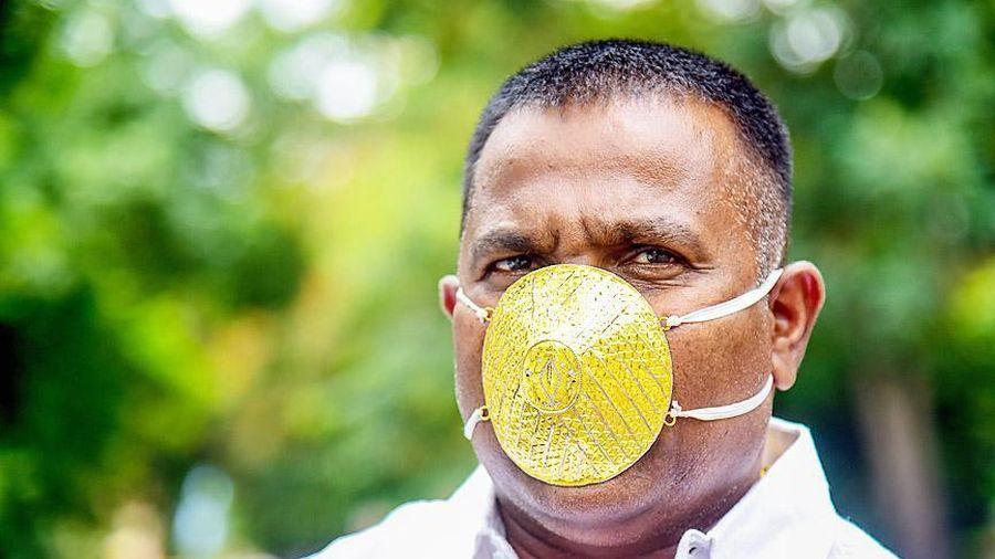 Doanh nhân Ấn Độ đeo khẩu trang vàng 4.000 USD để chống Covid-19