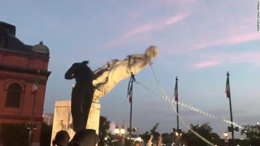 Người biểu tình giật đổ tượng Christopher Columbus giữa Quốc khánh Mỹ