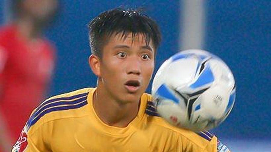 Phan Văn Đức bị từ chối phạt đền, cầu thủ SLNA chất vấn trọng tài