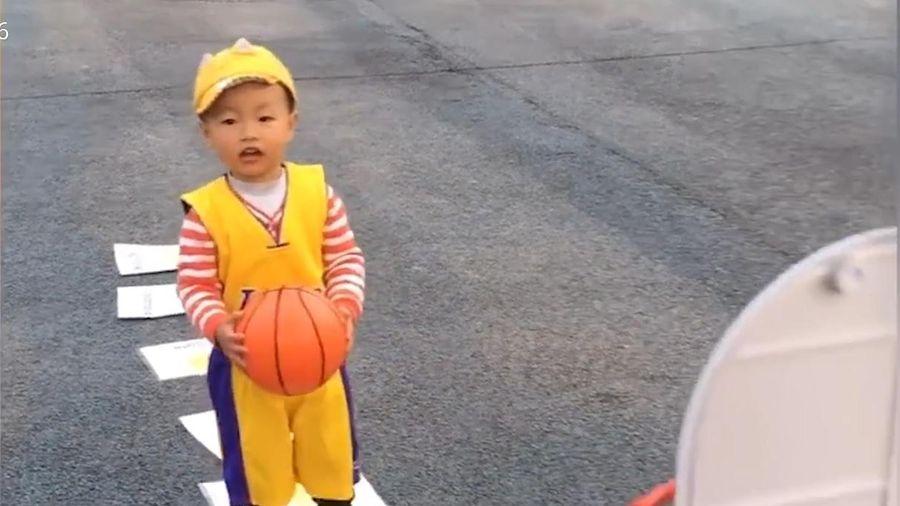 Cậu bé 2 tuổi gây sốt nhờ tài chơi bóng rổ như cầu thủ chuyên nghiệp