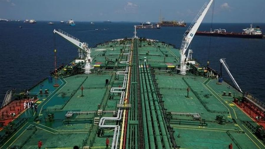 Trung Quốc mua dầu điên cuồng, tích trên tàu giữa biển