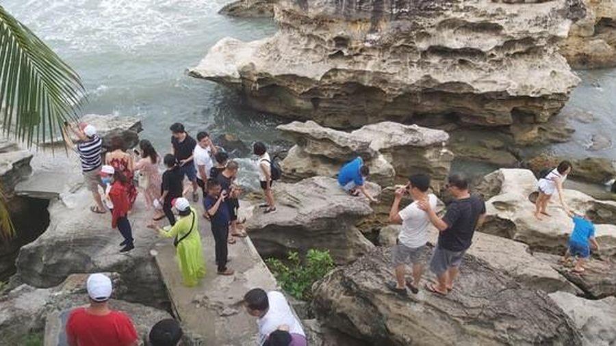 CLIP: Khách du lịch tấp nập trở lại 'đảo ngọc' Phú Quốc