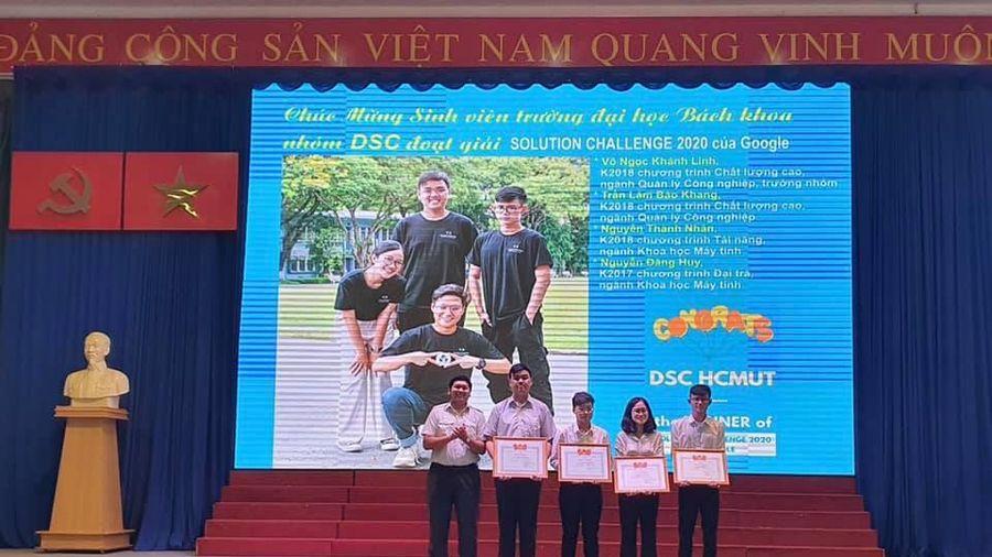 Trao bằng khen cho nhóm sinh viên giành chiến thắng cuộc thi 'Solution Challenge 2020'