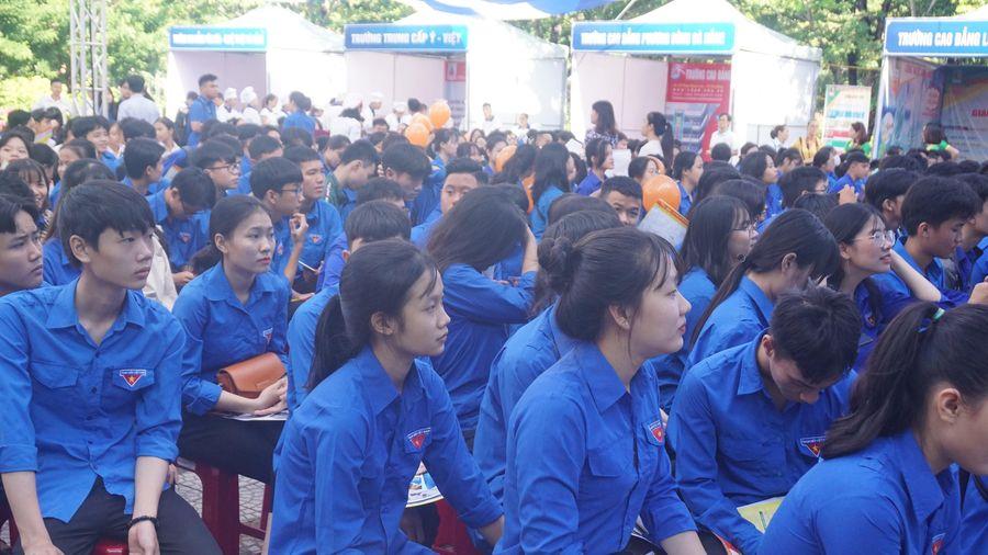 Hơn 1.000 học sinh, sinh viên, người lao động tham gia tư vấn, tìm việc làm