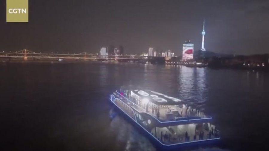 Cận cảnh tàu chở khách chạy bằng điện lớn nhất Trung Quốc