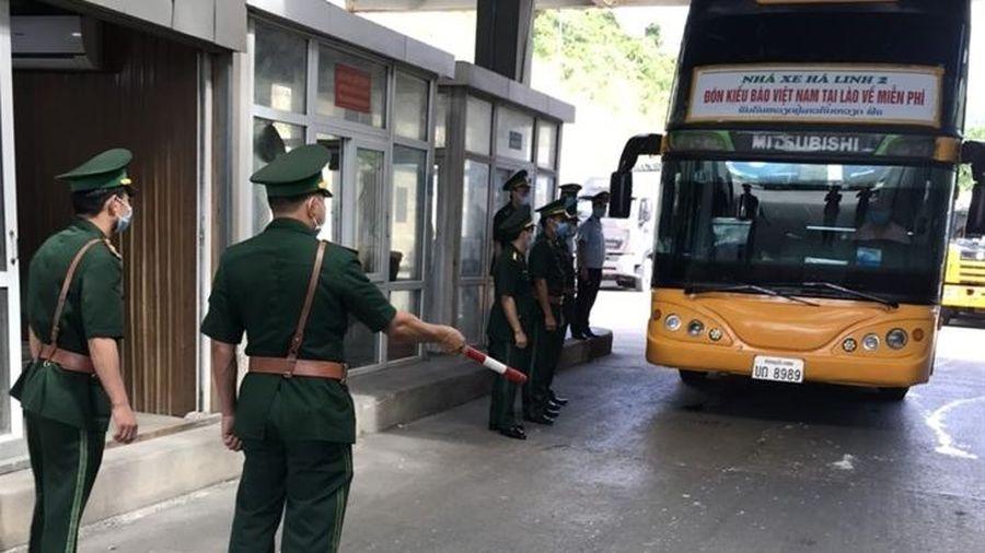 Phát hiện 3 công dân trốn trong hầm xe khi nhập cảnh Việt Nam